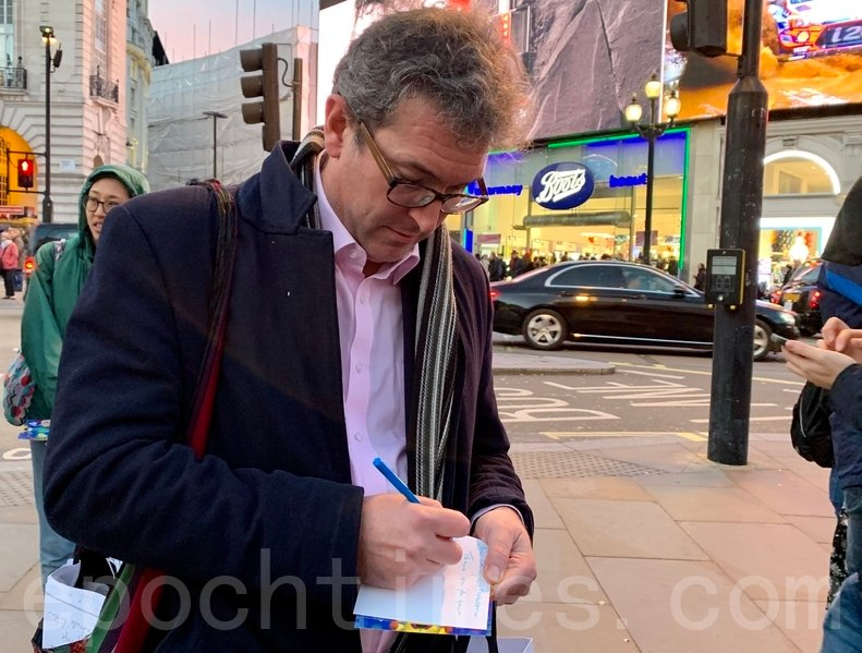 港人準備了聖誕卡「和你寄」,「香港監察」主席羅傑斯(Benedict Rogers)亦有簽寫送給在香港被起訴或被監禁的抗爭者。(唐詩韻/大紀元)