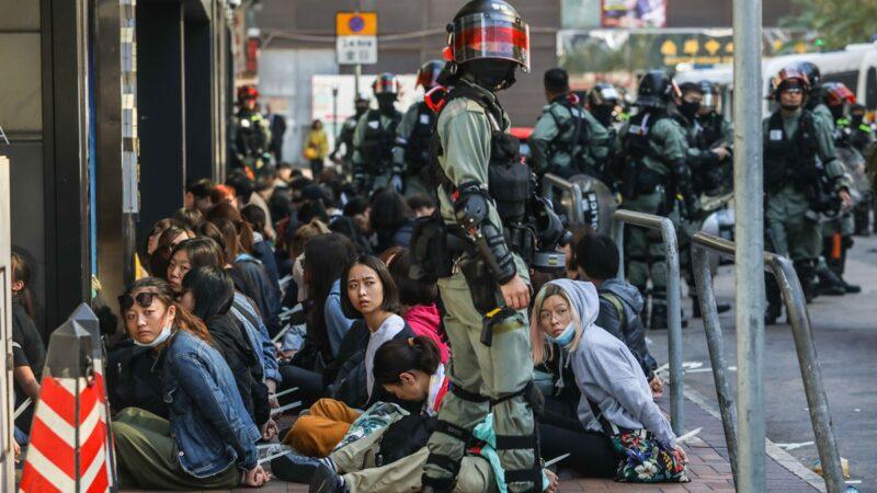 圖為11月份香港警方在理工大學校外抓捕的抗爭者。( DALE DE LA REY/AFP via Getty Images)