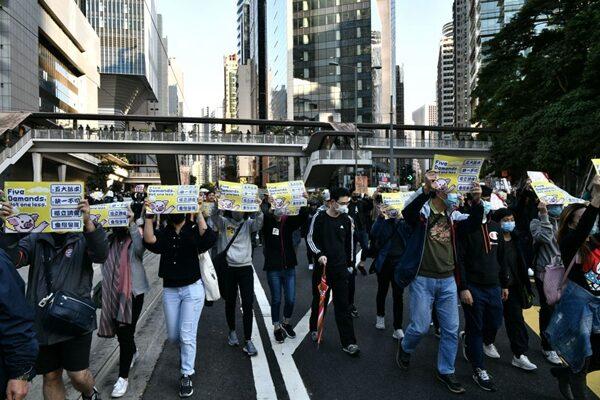 12月8日,80萬港人再次走上街頭反送中,民眾沿途高喊「五大訴求,缺一不可!」等口號。(ANTHONY WALLACE/AFP via Getty Images)