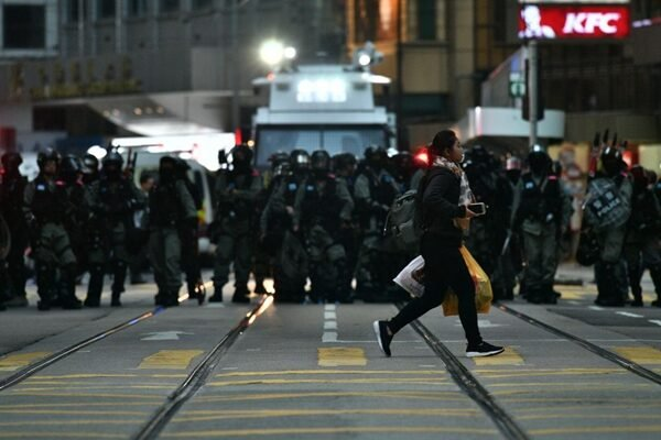 12月8日下午5時後,警方出動水炮車、裝甲車、衝鋒車、私家車在中環戒備。(ANTHONY WALLACE/AFP via Getty Images)