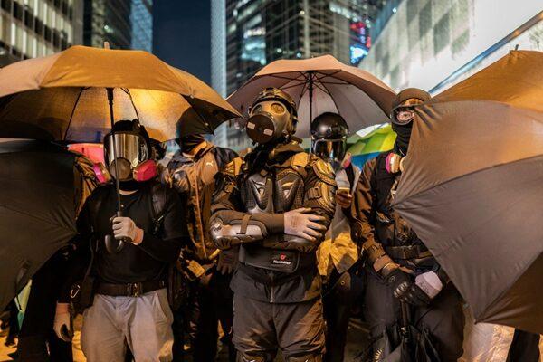 晚間,在中環德輔道,有抗爭者用雨傘設置防線與警方對峙。(Anthony Kwan/Getty Images)
