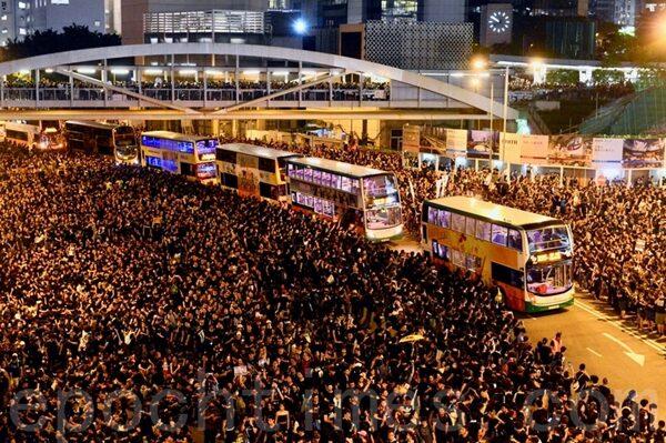 6月16日,香港,群眾自動讓道讓公車通過。(宋碧龍/大紀元)