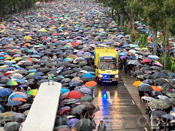 8月18日,維園集會,滿滿的人群自動讓道讓救護車通過。(駱亞/大紀元)