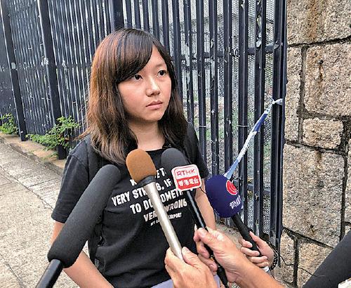圖為11月6日葵涌警署外,中大吳傲雪同學表示,她與其餘於8.31事件被捕人士(達雙位數)成功「踢保」。(大紀元資料圖片)