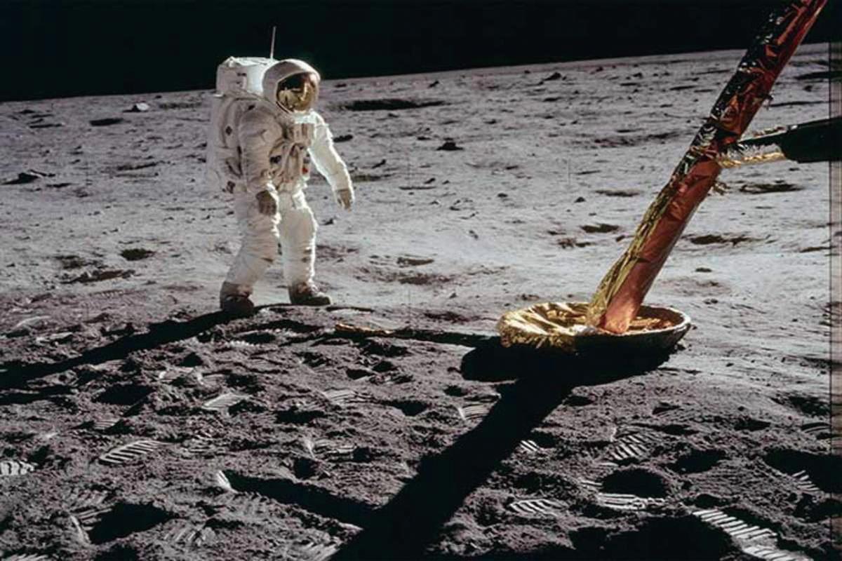 月球表面佈滿塵埃,對未來的登陸任務造成威脅。(NASA)