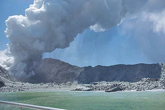 紐西蘭距離北島(North Island)東岸約50公里的白島(White Island)火山,9日突然爆發。(圖取自twitter.com/geonet)