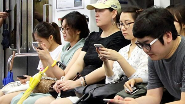 現代人重視手機的程度,勝過自己的人際關係。(全宇/大紀元)