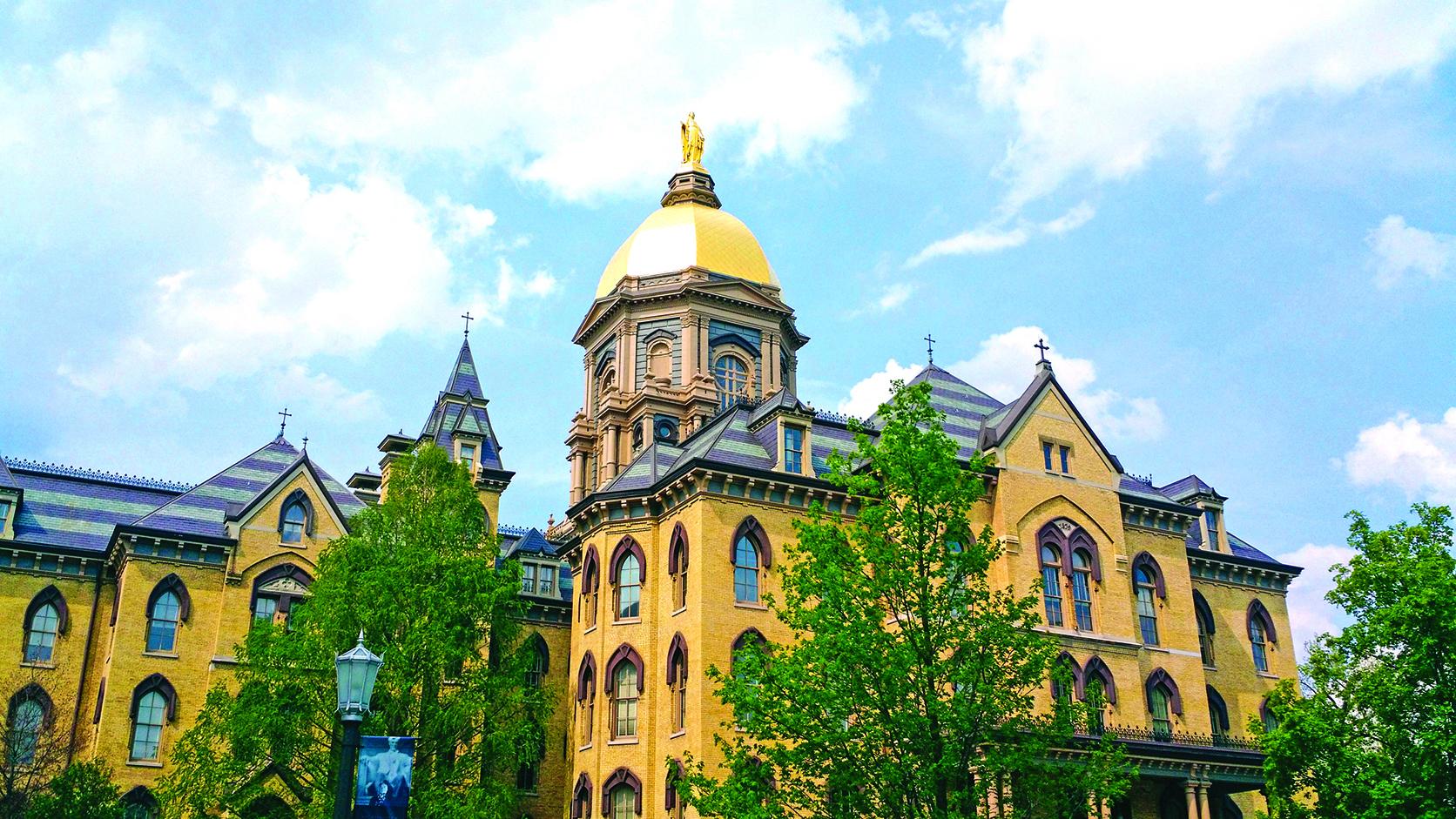 聖母大學(University of Notre Dame) 建於1879年的大火之後的主樓。 (Matthew Rice/ Wikimedia Commons)