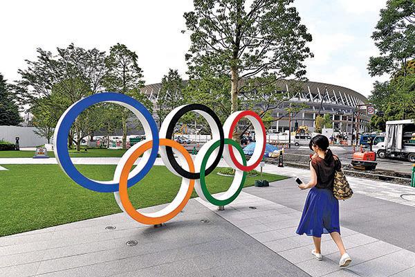 東京奧運五環標誌後面的新建場館「國立競技場」。(Getty Images)