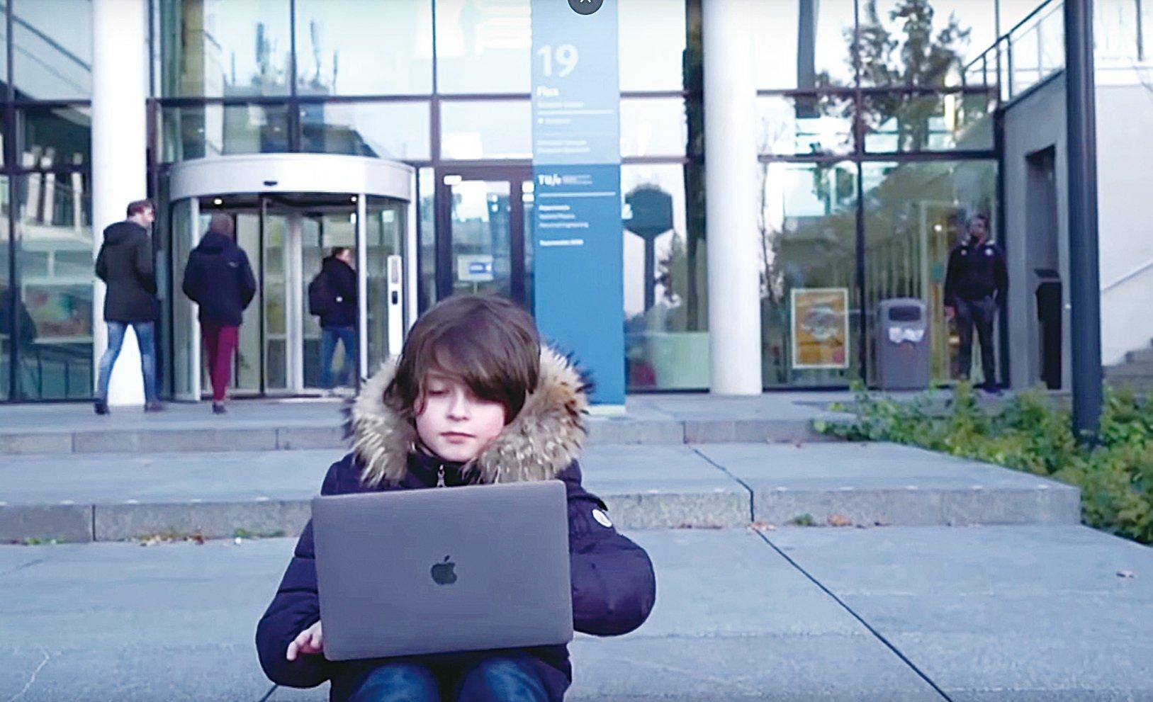 比利時男孩9歲的洛朗西蒙斯被稱為天才兒童,他用9個月時間修讀完大學課程。(影片截圖)
