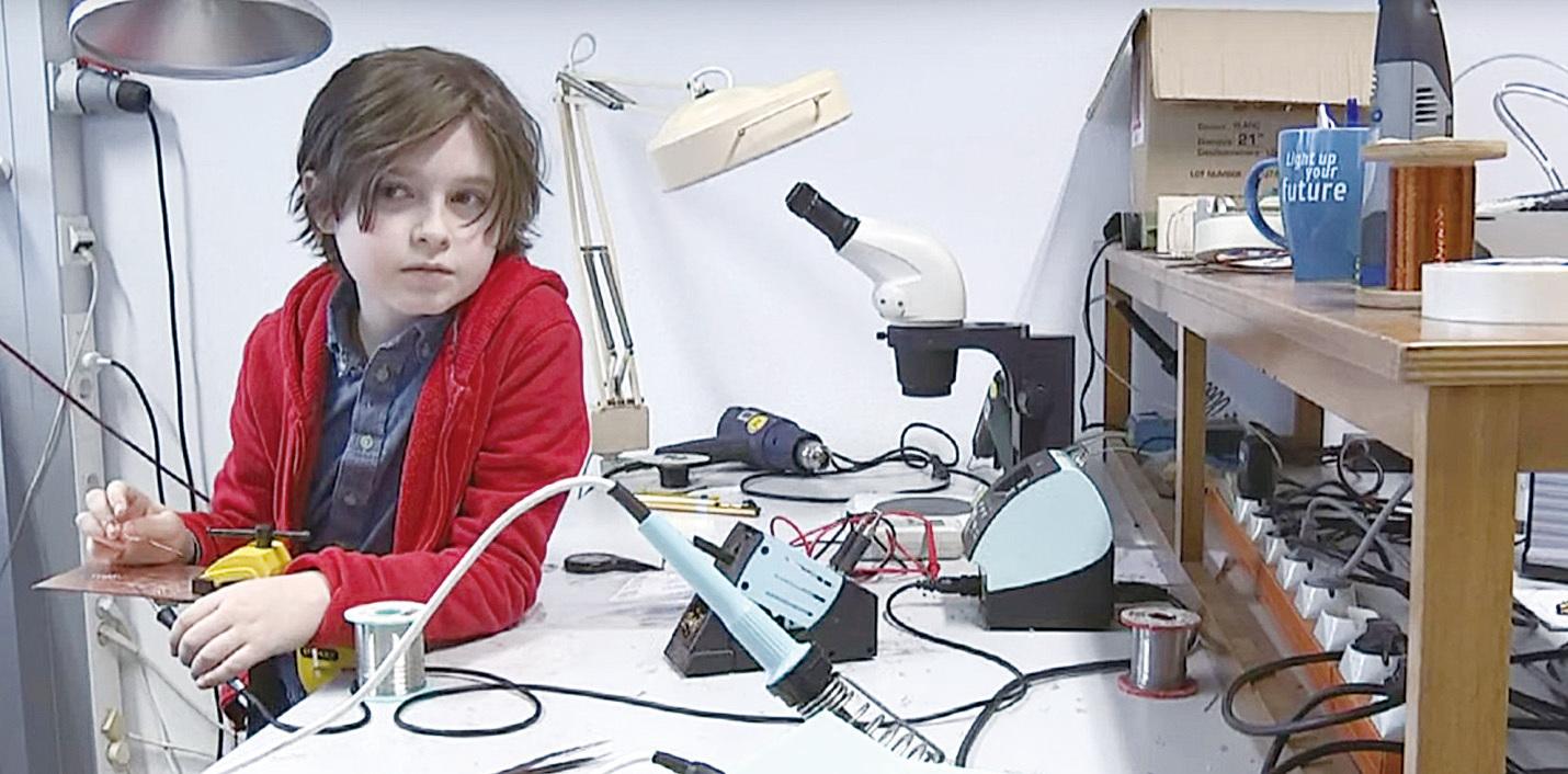 洛朗的大學課程修讀電子工程,所以他經常要在實驗室中設計電路。(影片截圖)
