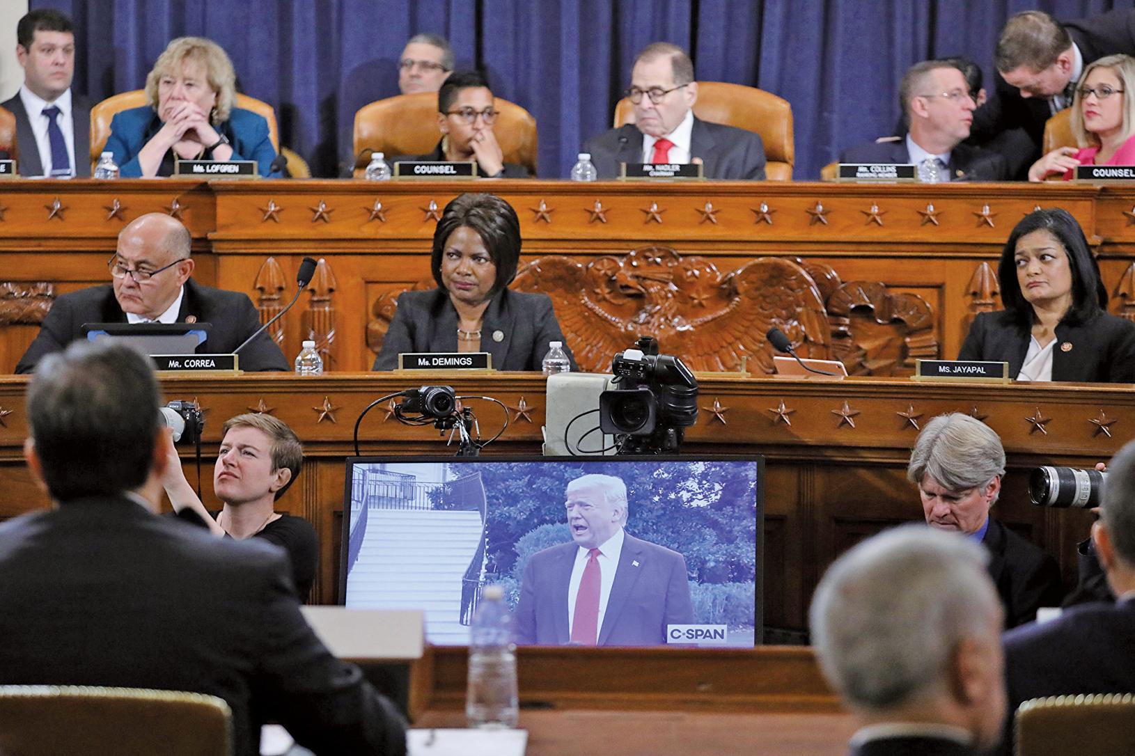 美國眾議院司法委員會12月9日進行彈劾總統特朗普調查的第二場公開聽證,兩黨律師受邀出席。圖為民主黨代表律師使用剪輯後的特朗普公開發言作為呈堂證據。(Getty Images)