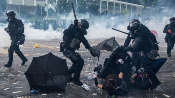 2019年10月1日,香港警察正在毆打和抓捕抗爭者。(ISAAC LAWRENCE/AFP/Getty Images)