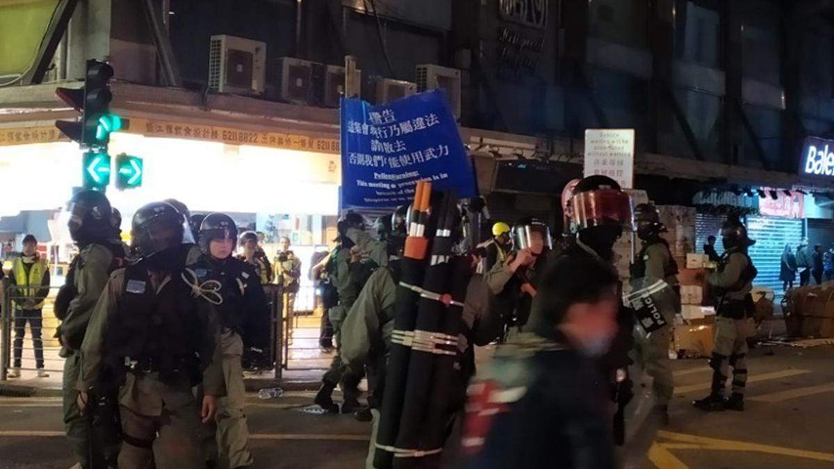 國際人權日凌晨,港警在旺角及大埔驅散集結的市民時,狂射胡椒球彈及胡椒噴霧,至少3人受傷送院。(影片截圖)