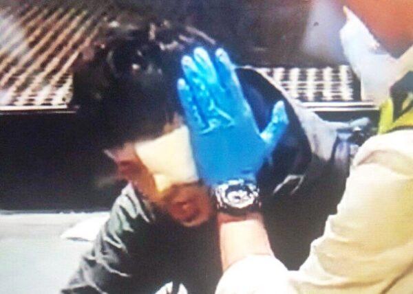 凌晨1時許,一名男子左眼被胡椒球彈射中。(影片截圖)