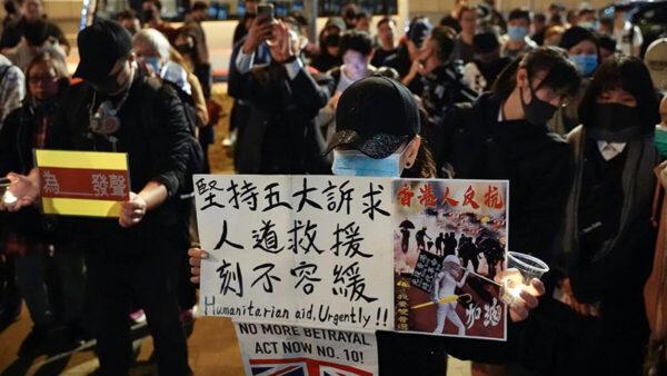 國際人權日,有團體趁晚上在金鐘連儂牆下集會,聲援香港爭取人權自由的抗爭者。(立場新聞圖片)