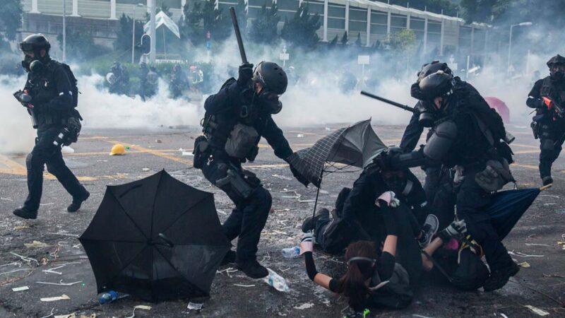 圖為10月1日,香港警察正在毆打和抓捕抗爭者。(ISAAC LAWRENCE/AFP/Getty Images)