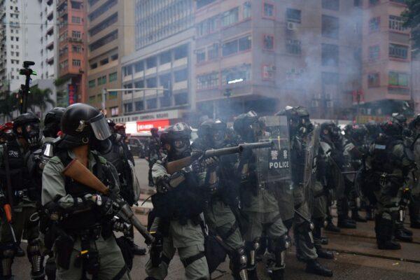 警察暴力仍在無限度升級中。(AFP via Getty Images)