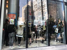 【12.11葵涌和你Lunch】大批警察提前戒備 市民從室外轉室內繼續抗爭