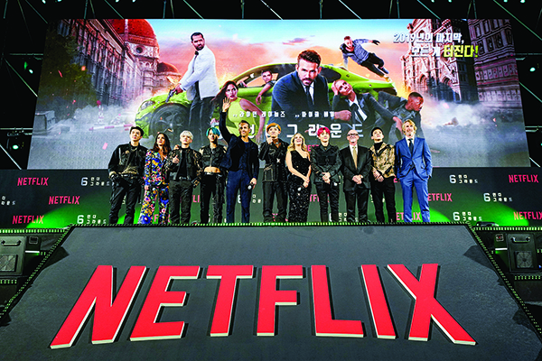 12月2日,網飛獨家製作的動作片《鬼影特攻:以暴制暴》(6 Underground)演員在首爾公映儀式上。(Getty Images)