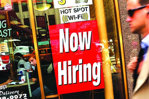 紐約一家快餐店窗玻璃上貼的招聘廣告。(Getty Images)