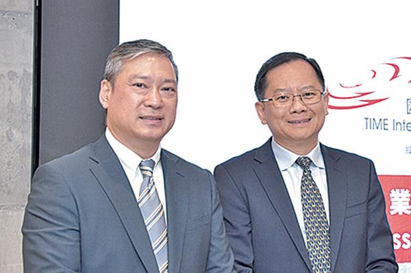 畢馬威中國執業技術及資本市場主管合夥人劉國賢(左)對明年香港IPO集資額排名維持三甲感樂觀。(宋碧龍/大紀元)