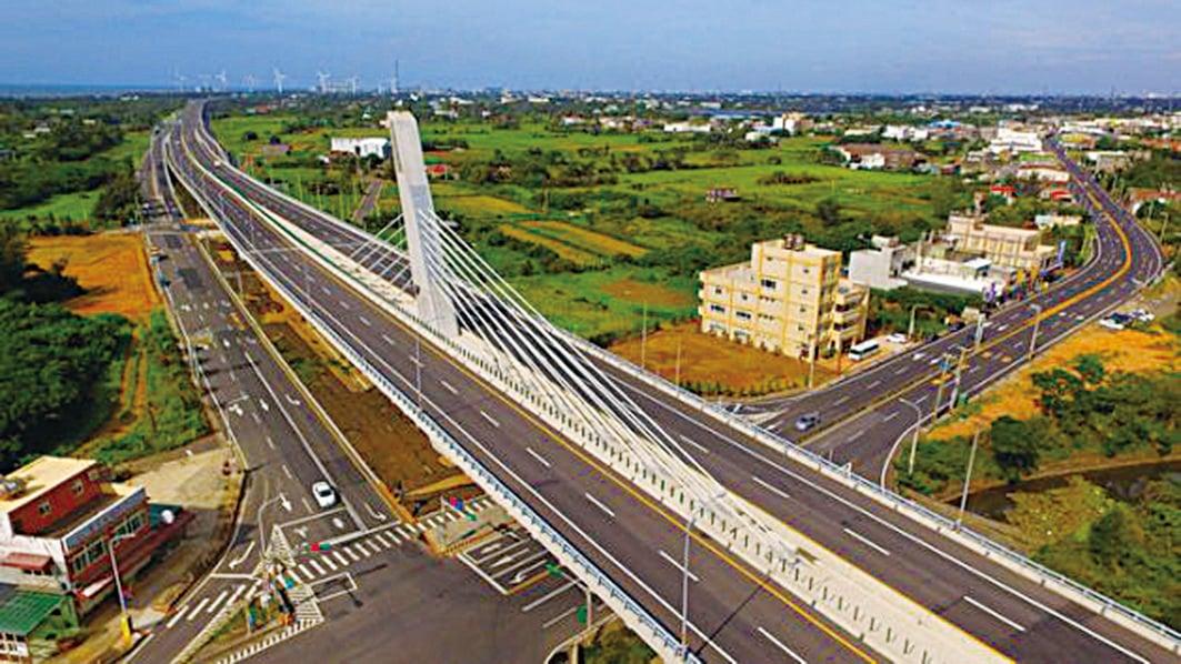 第二名是台61永安漁港脊背橋。(台灣公路總局)