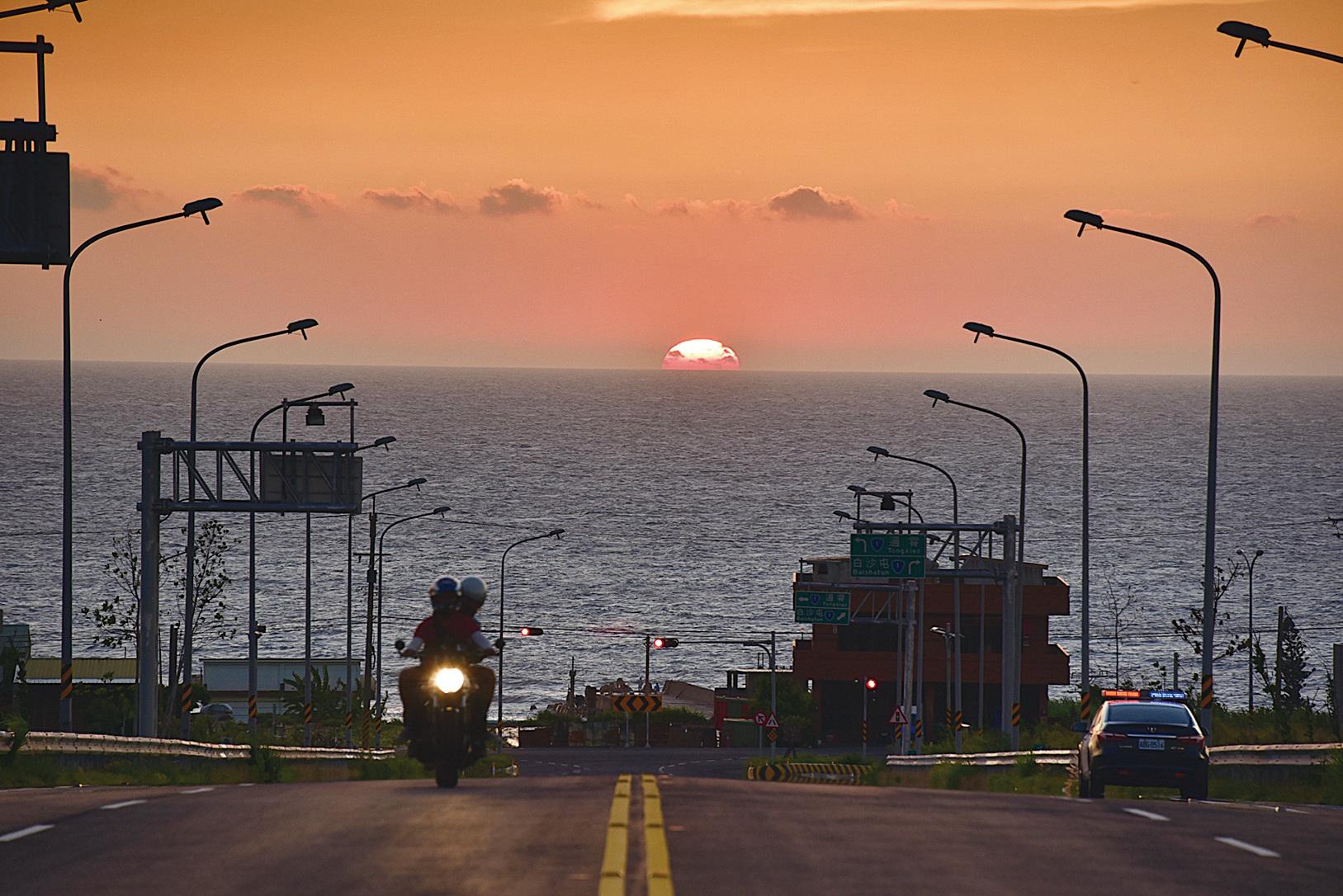 西濱最美月牙灣公路與落日大道,獲得十大公路美景票選冠軍。 (台灣公路總局)