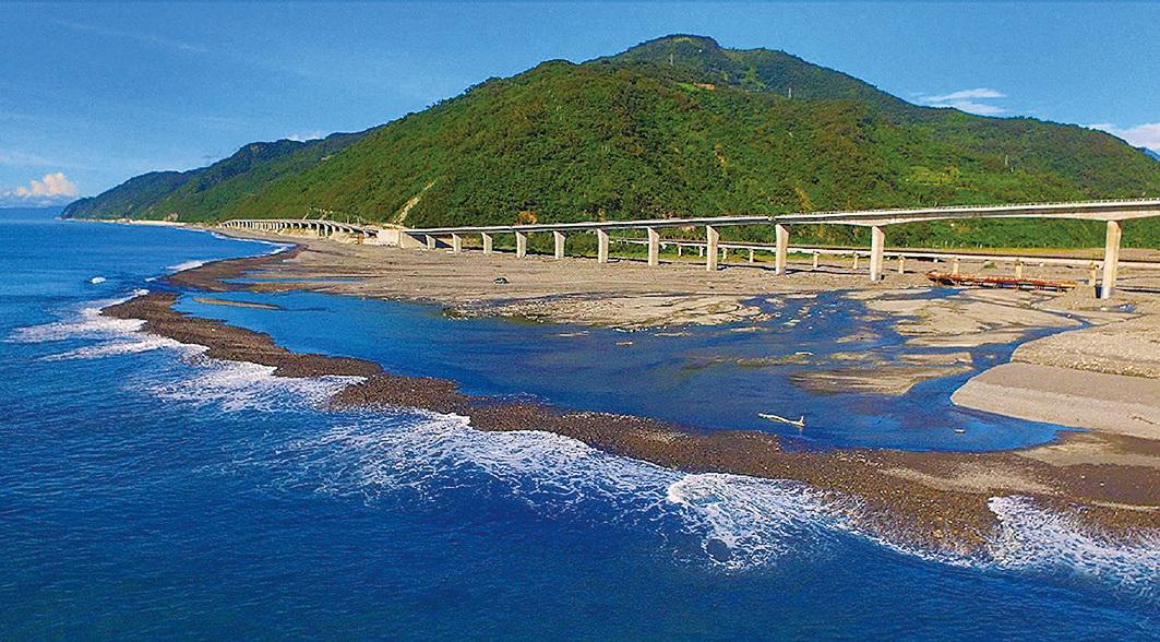 被稱譽為「全台最美高架橋」的台東金崙大橋。(台東縣政府)