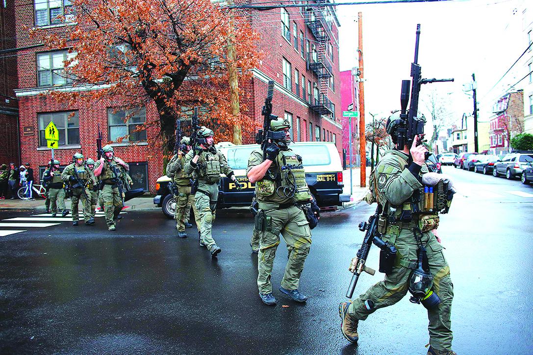 周二(12月10日),美國新澤西州澤西市一家猶太超市發生槍擊事件,多人遇難,包括一名警察中彈不治。(AFP)
