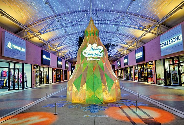 高達5公尺的「璀璨寶石聖誕樹」,是以鑽石為概念打造的聖誕裝置。