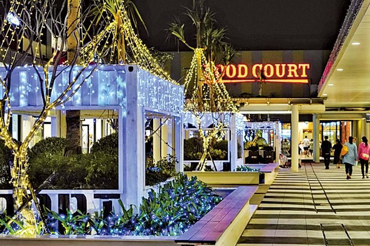 在充滿愛與幸福的聖誕節期間,戶外空間也佈滿上萬顆星星燈,伴隨光環境營造奇幻的視覺饗宴。