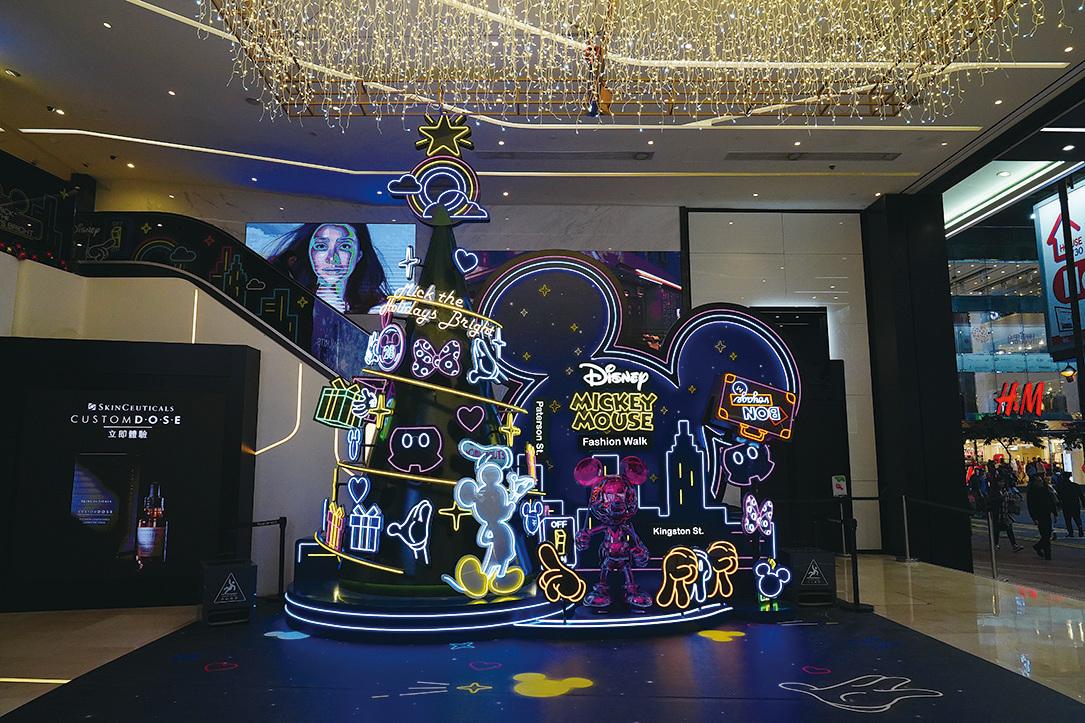 銅鑼灣Fashion Walk,迪士尼經典角色 Mickey就隱藏在聖誕樹中。(陳仲明/大紀元)