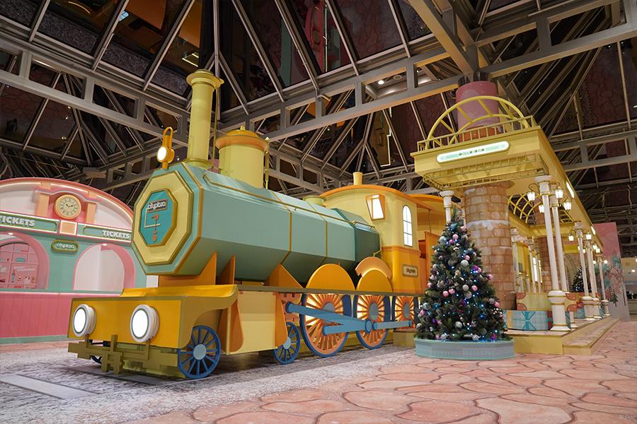 搭乘溫馨的「聖誕夢幻號」,來到太古城中心。(陳仲明/大紀元)
