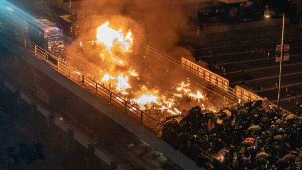 2019年11月17日晚間,警方出動2部裝甲車衝向學生,被學生以汽油彈逼退,其中一輛裝甲車著火。(Anthony Kwan/Getty Images)