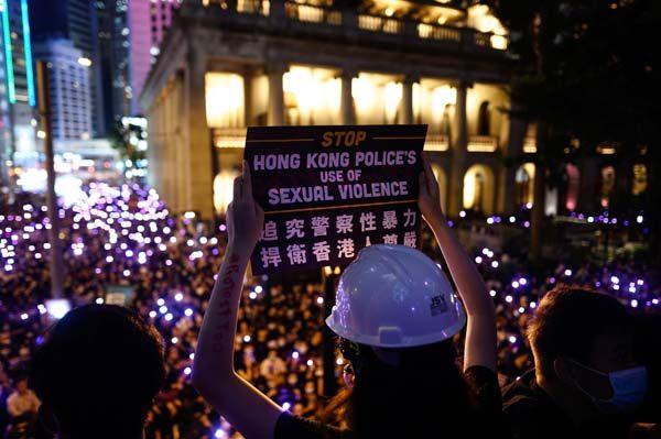 與會者手舉標語,要求追究警察性暴力。(PHILIP FONG/AFP/Getty Images)
