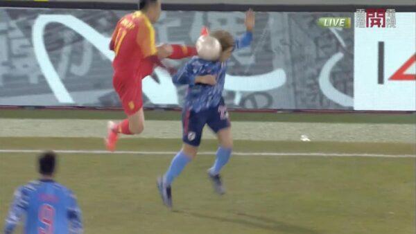 中國足球隊員姜至鵬在與日本隊對決時,竟然伸出腳狠踹對手後腦勺。(翻攝自YouTube)