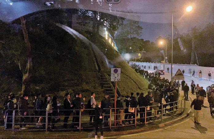 離奇墜樓死亡的科大學生周梓樂昨日設靈,大批市民前往悼念,入夜後仍然有近千市民排隊等候。(韓納/大紀元)