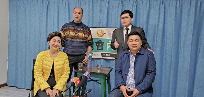羅永聰(前排右)形容區議會選舉的結果對於建制派來講是「滅黨之災」。(葉依帆/大紀元)