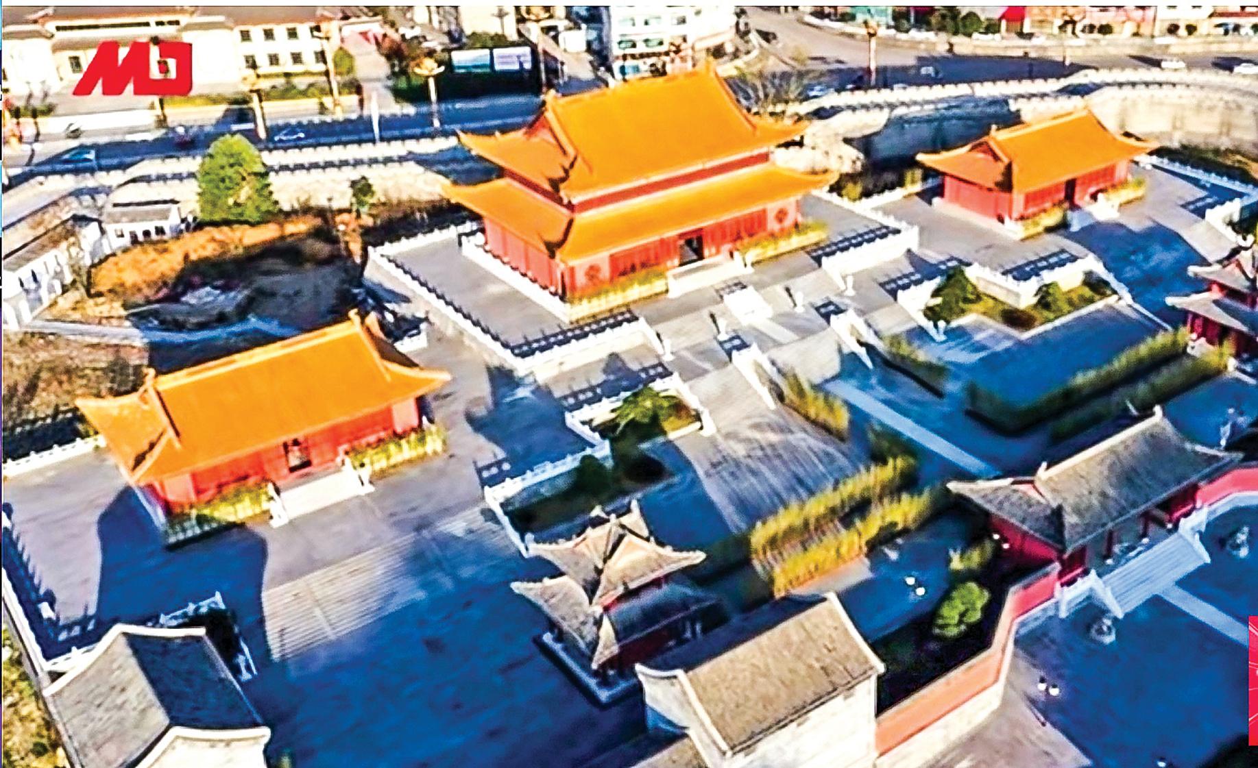 貴州國家級貧困縣獨山縣舉債22億人民幣、歷時4年,打造一座「山寨版紫禁城」,遭到外界質疑。(影片截圖)