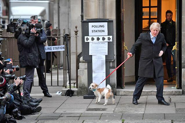 12月12日,英國首相約翰遜參加大選投票。(AFP)