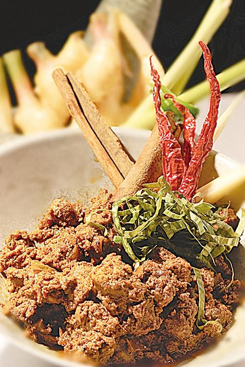 「仁當」是用多種辛香料燉煮出的一道肉料料理,常常出現在正式場合的餐桌上。