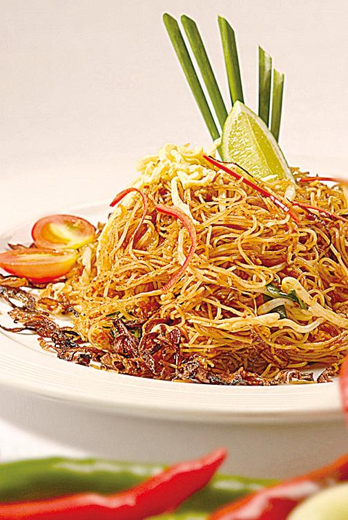 將南洋香料加入炒米粉裏,酸、甜、辣味兼具的米暹,完整詮釋娘惹精神。
