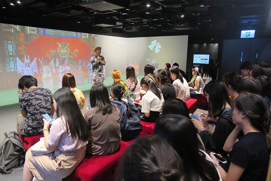 學生參觀高山劇場新翼粵劇教育及資訊中心。(受訪者提供)