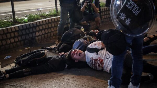 港警抓捕抗爭者像野獸一樣。(中央社)