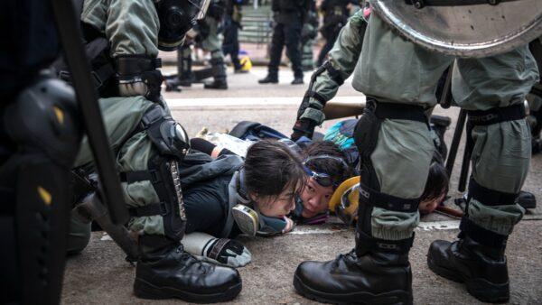 港警的冷血暴行執法震驚國際社會,並引來全球譴責及圍剿。(Chris McGrath/Getty Images)