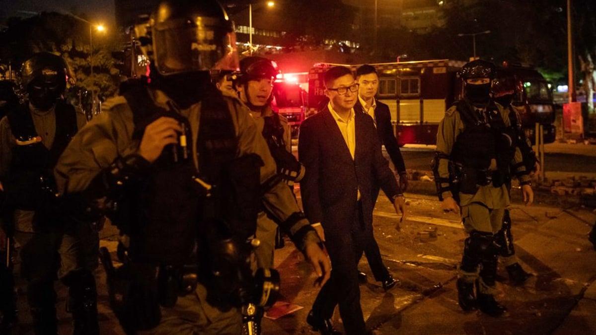 11月19日,鄧炳強(中)與一群防暴警察在理工大學抗議現場。(Billy H.C. Kwok/Getty Images)