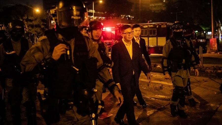 鄧炳強被諷「中共蟑螂」 引30名港警圍觀