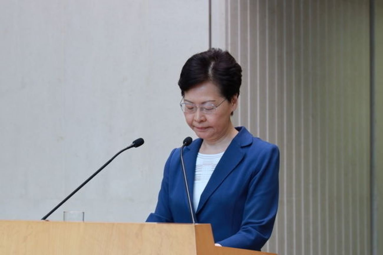 特首林鄭月娥在出席行政會議前回應記者提問。(王偉明/大紀元)