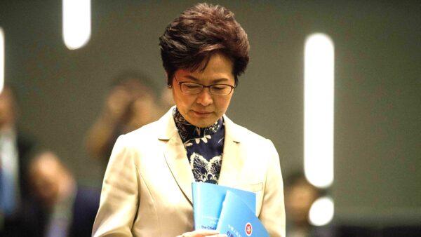 有北京紅二代透露,北京曾想送林鄭一套四合院,被她拒絕,因為她也不想兒子、老公留在大陸被北京控制。(ANTHONY WALLACE/AFP/Getty Images)